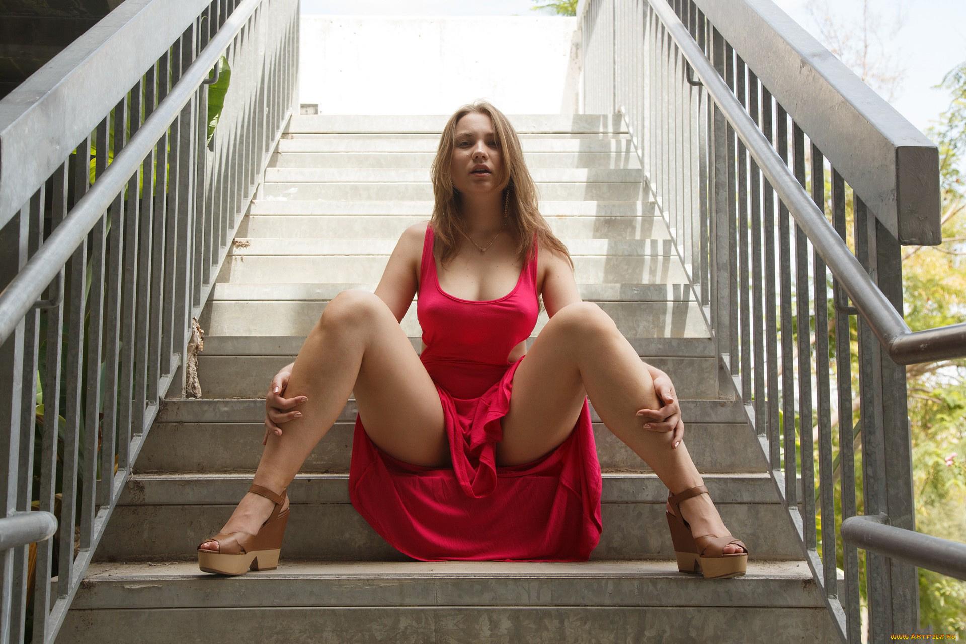 порно девушка раздвигает ножки фото почувствовала, как один