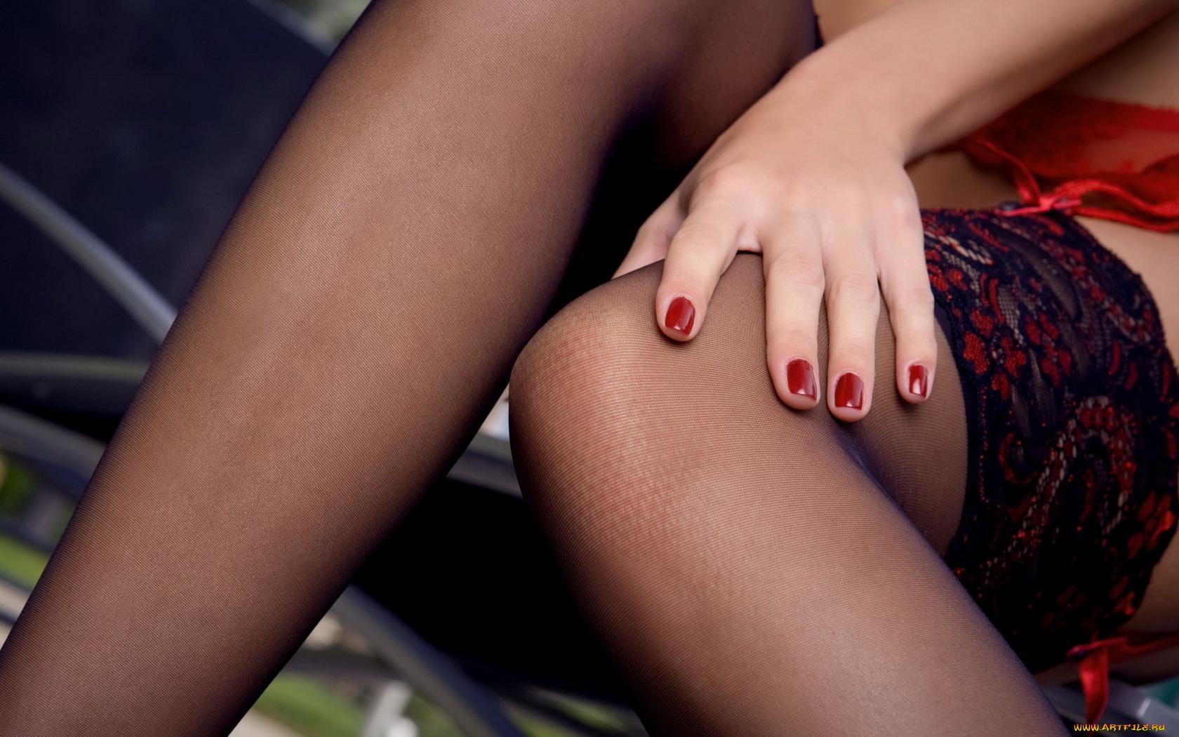 Секс шефом что прячет женщина между ног крупный план фото юбкой без трусов