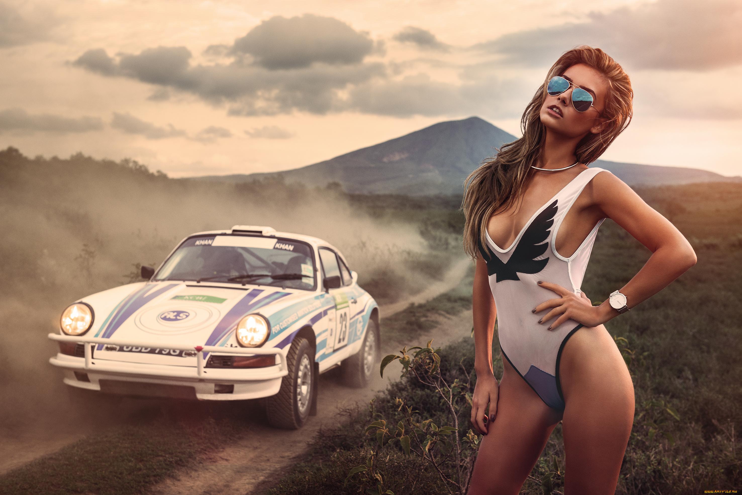 Девушки в купальниках и машины