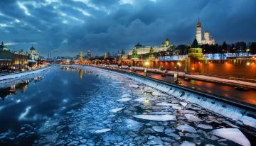 обоя города, москва , россия, сумерки, река, небо, облака, кремль, лед, дорога, огни