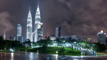обоя города, куала-лумпур , малайзия, тучи, здания, башни, дома, огни