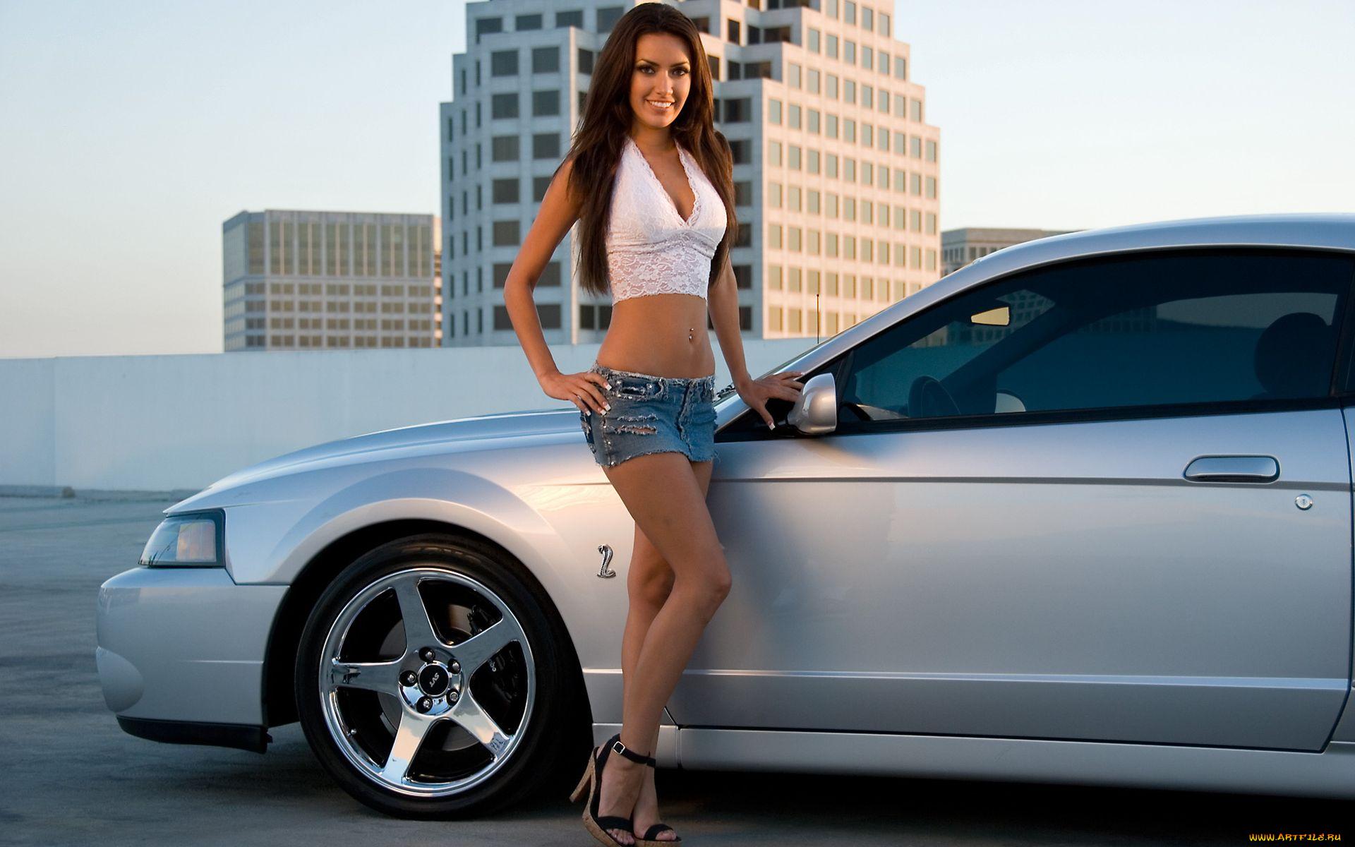Красивая девушка позирует около русских автомобилей — img 14