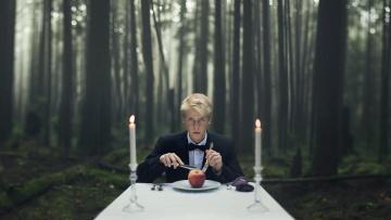 Картинка мужчины -+unsort природа лес свечи стол яблоко парень