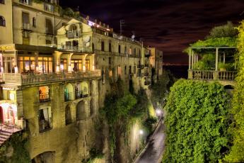 обоя города, - огни ночного города, фонари, италия, дорога, дома, высота, сорренто, балконы, огни, зелень, вид, сверху, переулок, ночь