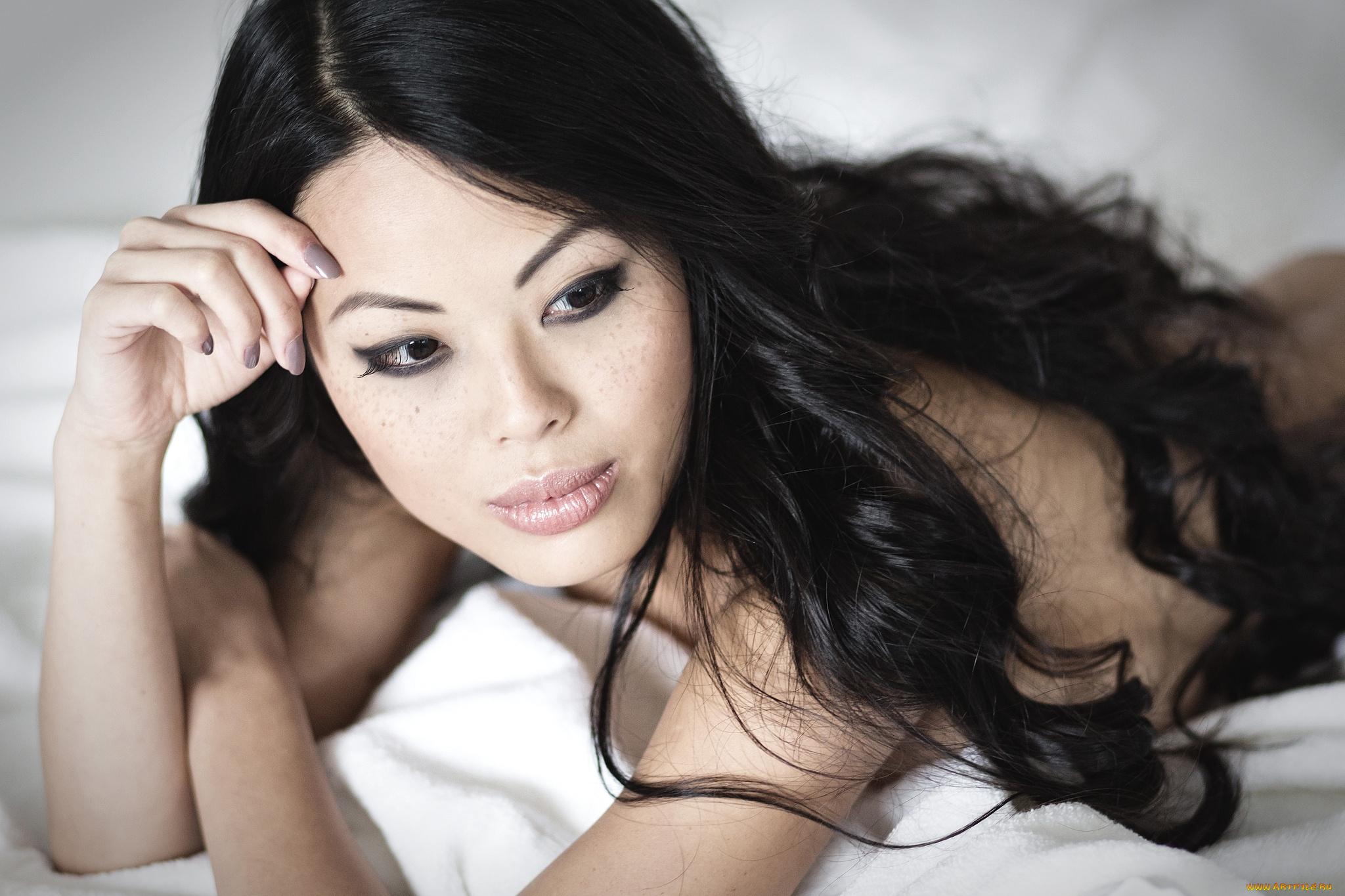 Накрашенная азиатка дарит жаркое секс удовольствие клиенту