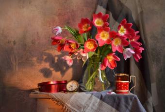 обоя цветы, тюльпаны, шаль, коробка, будильник, ткань, часы, кувшин, столик