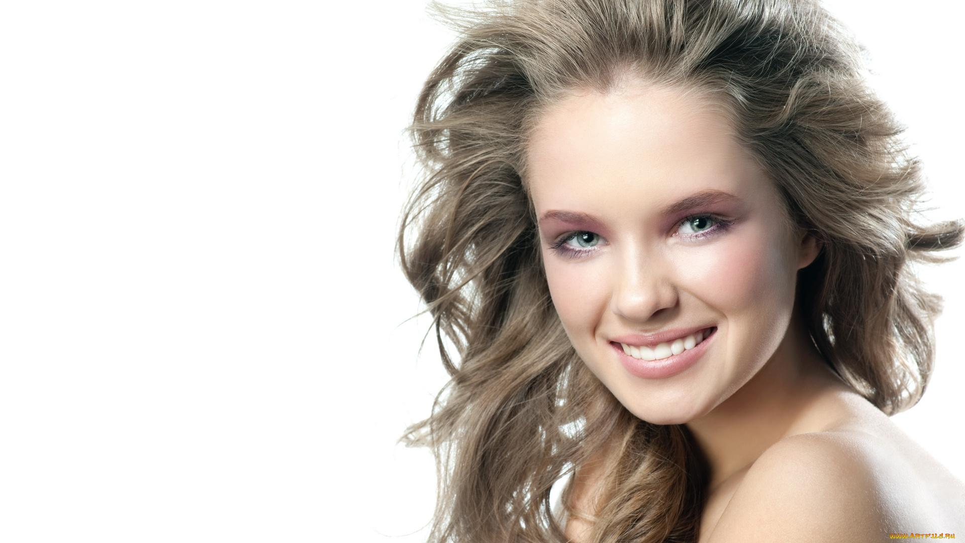девушка улыбка рука волосы загрузить