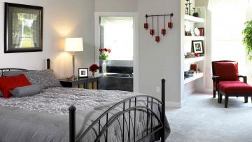 Картинка интерьер спальня кровать картина лампа ванная кресло шкаф полки