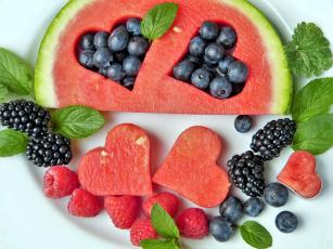 обоя еда, фрукты,  ягоды, малина, мята, ежевика, арбуз, черника, сердечки, композиция