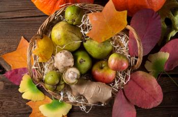 обоя еда, фрукты,  ягоды, дары, осени, листья, корзина, груши, яблоки