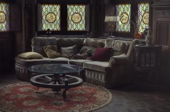 Картинка интерьер гостиная витражи стол лампа подушки диван комната