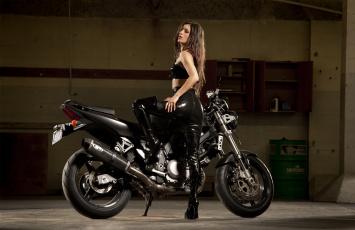 обоя мотоциклы, мото с девушкой, фон, девушка, взгляд, мотоцикл