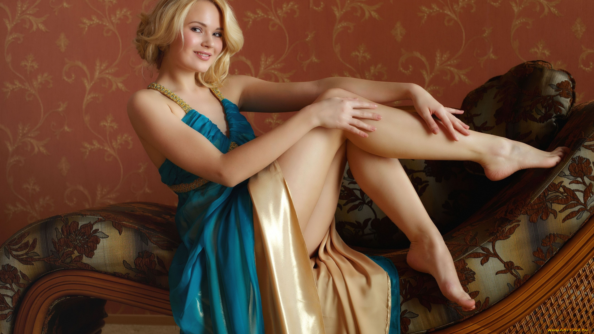 Экспрессивная девушка снимает халат и показывает киску  638824