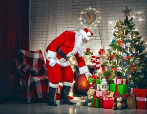 обоя праздничные, дед мороз,  санта клаус, елка, подарки, санта, камин, часы, кресло