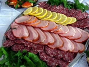 обоя еда, колбасные изделия, салат, лимоны, ассорти