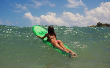 обоя спорт, серфинг, волна, взгляд, фон, доска, девушка
