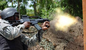 Картинка оружие армия спецназ стрельба шлем автомат