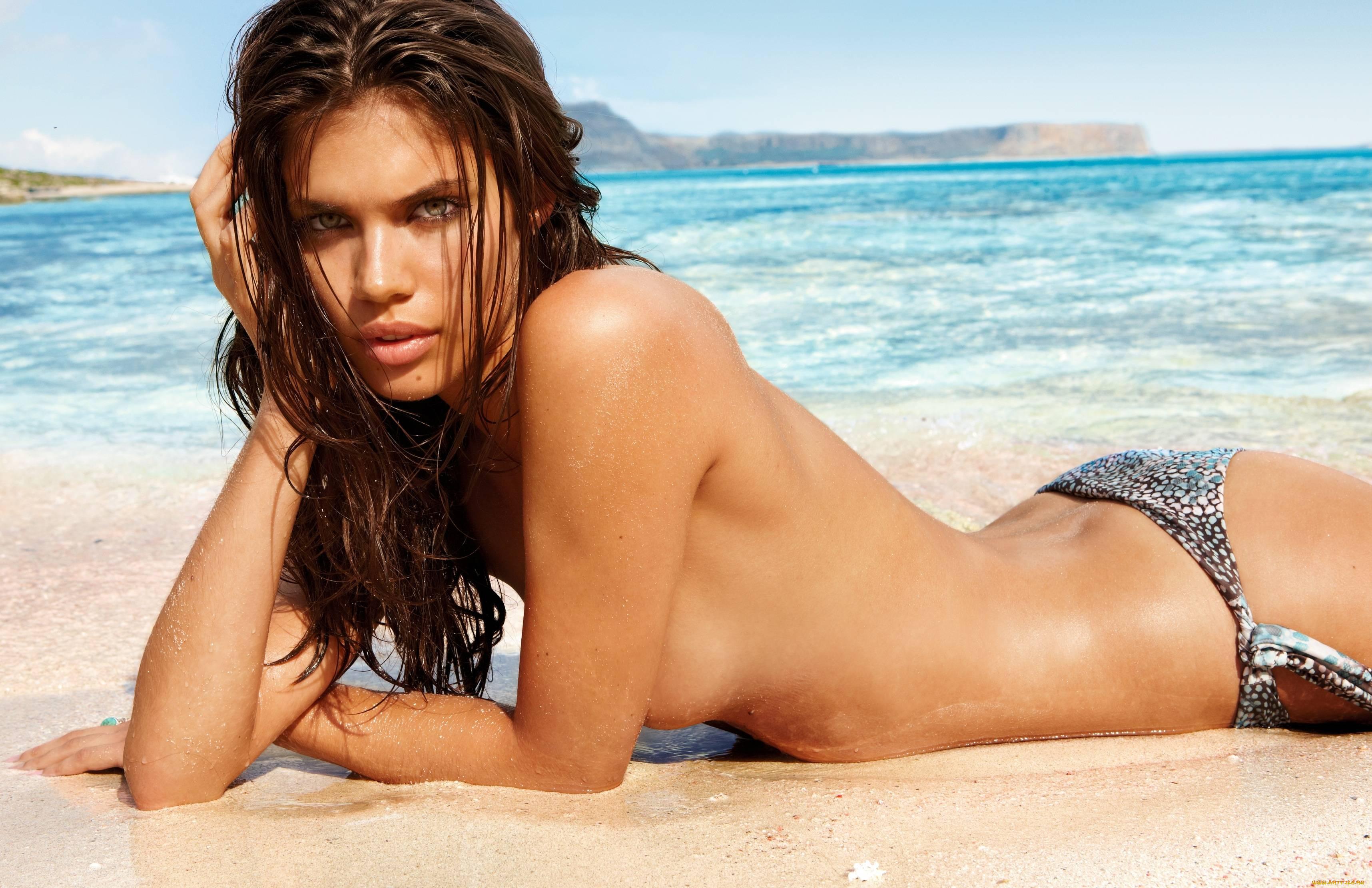 Модели на пляже топлес девку секс