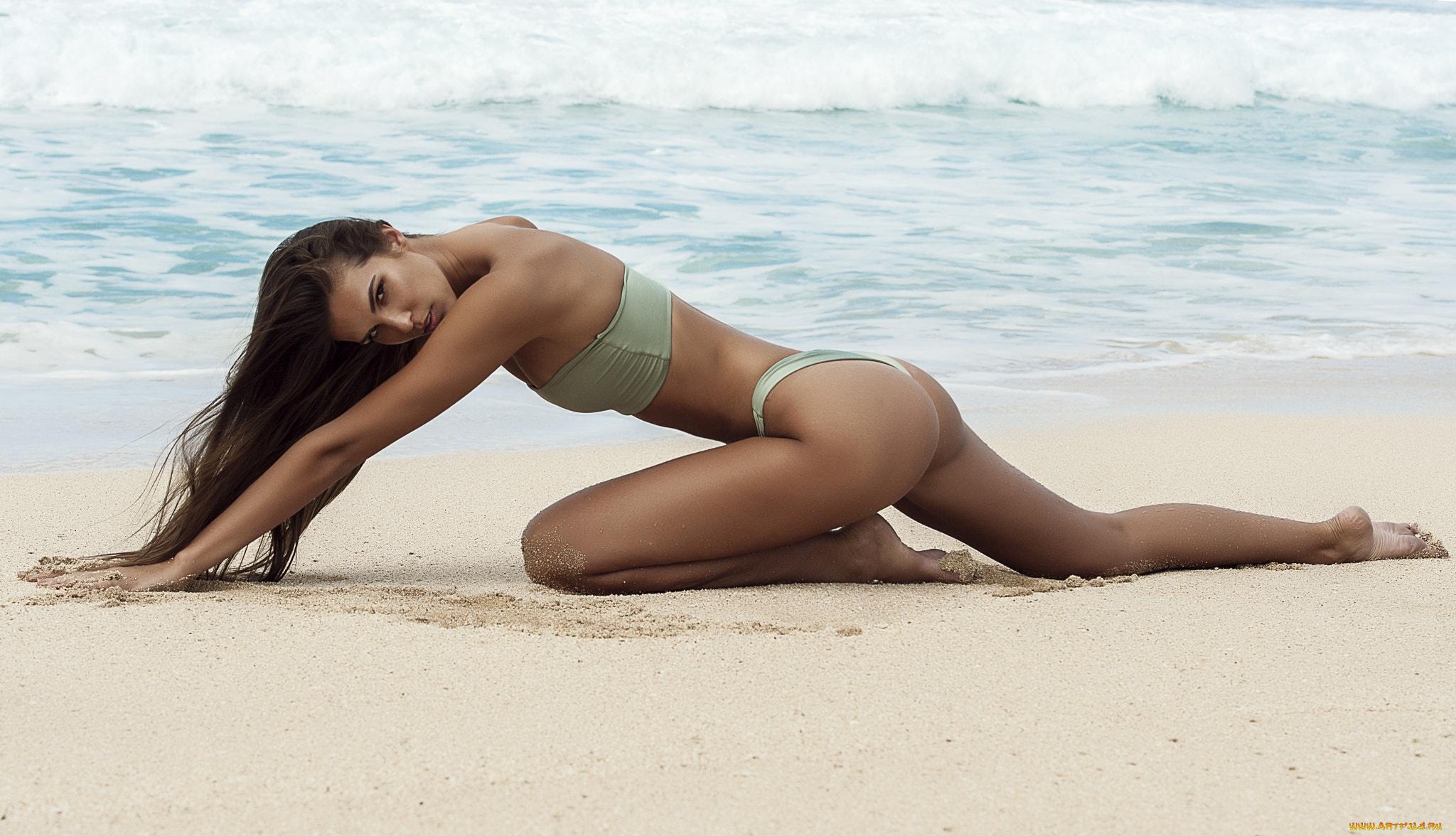 Стройные девки на диком пляже — 5