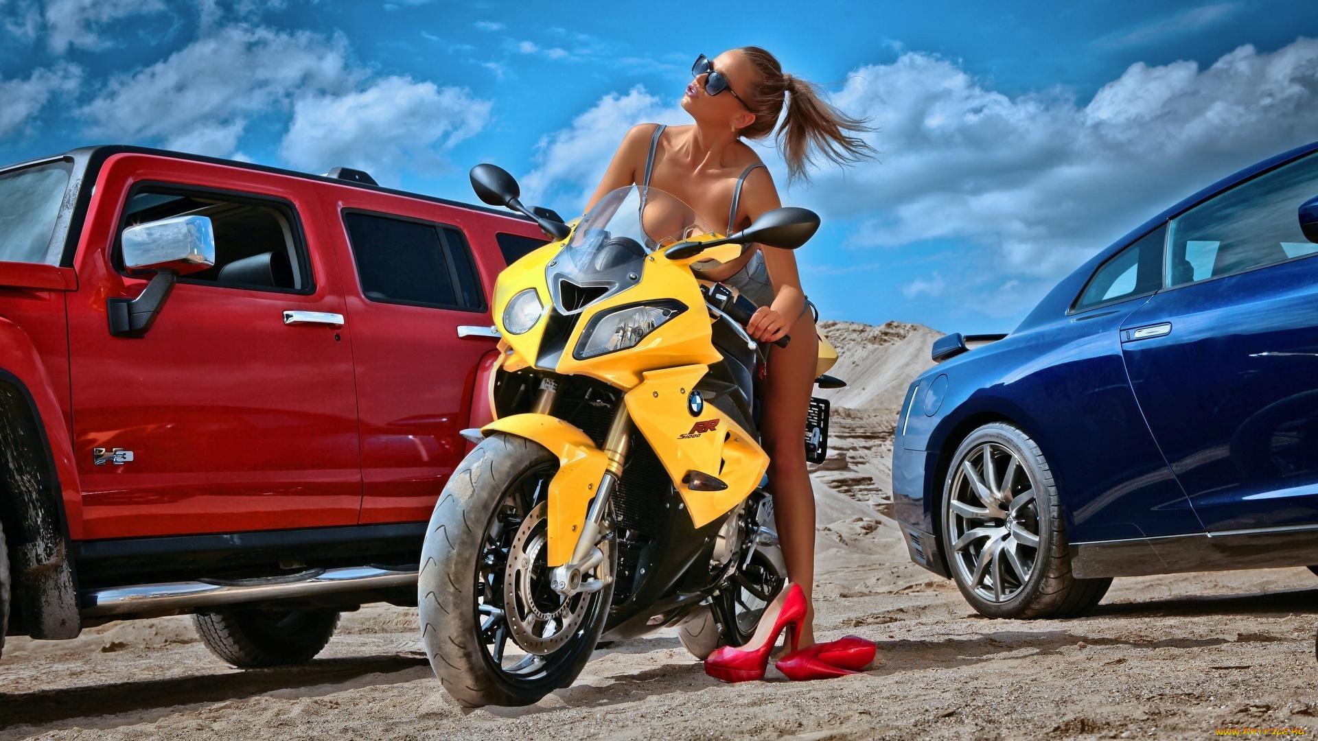 Девушки около машины около мотоциклов
