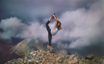 Картинка спорт гимнастика stretch растяжка облака спортсменка девушка горы