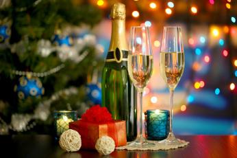 Картинка праздничные угощения елка подарок бокалы бутылка свечи