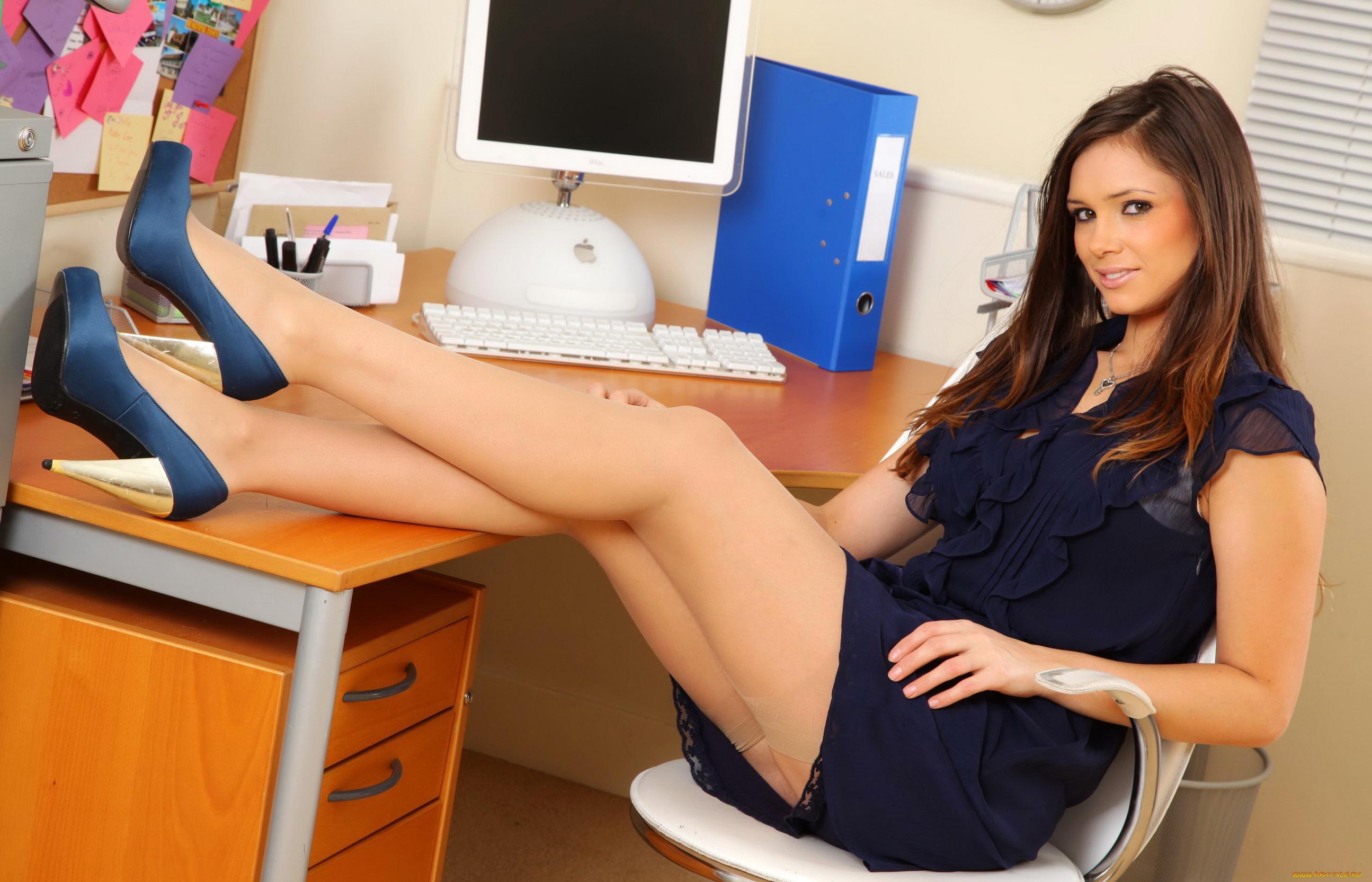 ножки секретарши видео онлайн испытывал