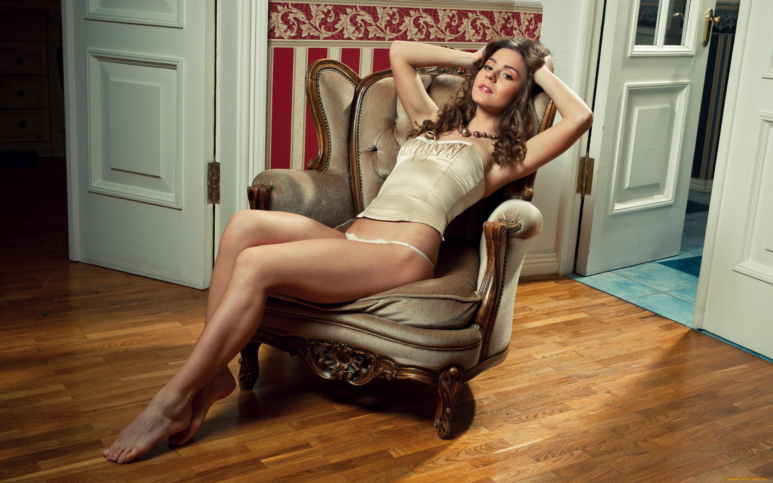 Молодая нежная девушка красиво позирует на камеру в кресле  363195