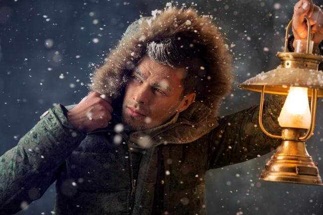 Обои картинки фото мужчины, - unsort, куртка, снег, фонарь