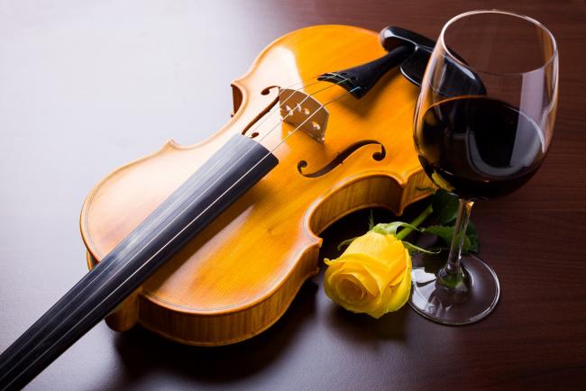 Обои картинки фото музыка, -музыкальные инструменты, вино, бокал, бутон, роза, скрипка