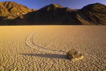 Картинка природа пустыни холмы камень след пустыня долина смерти