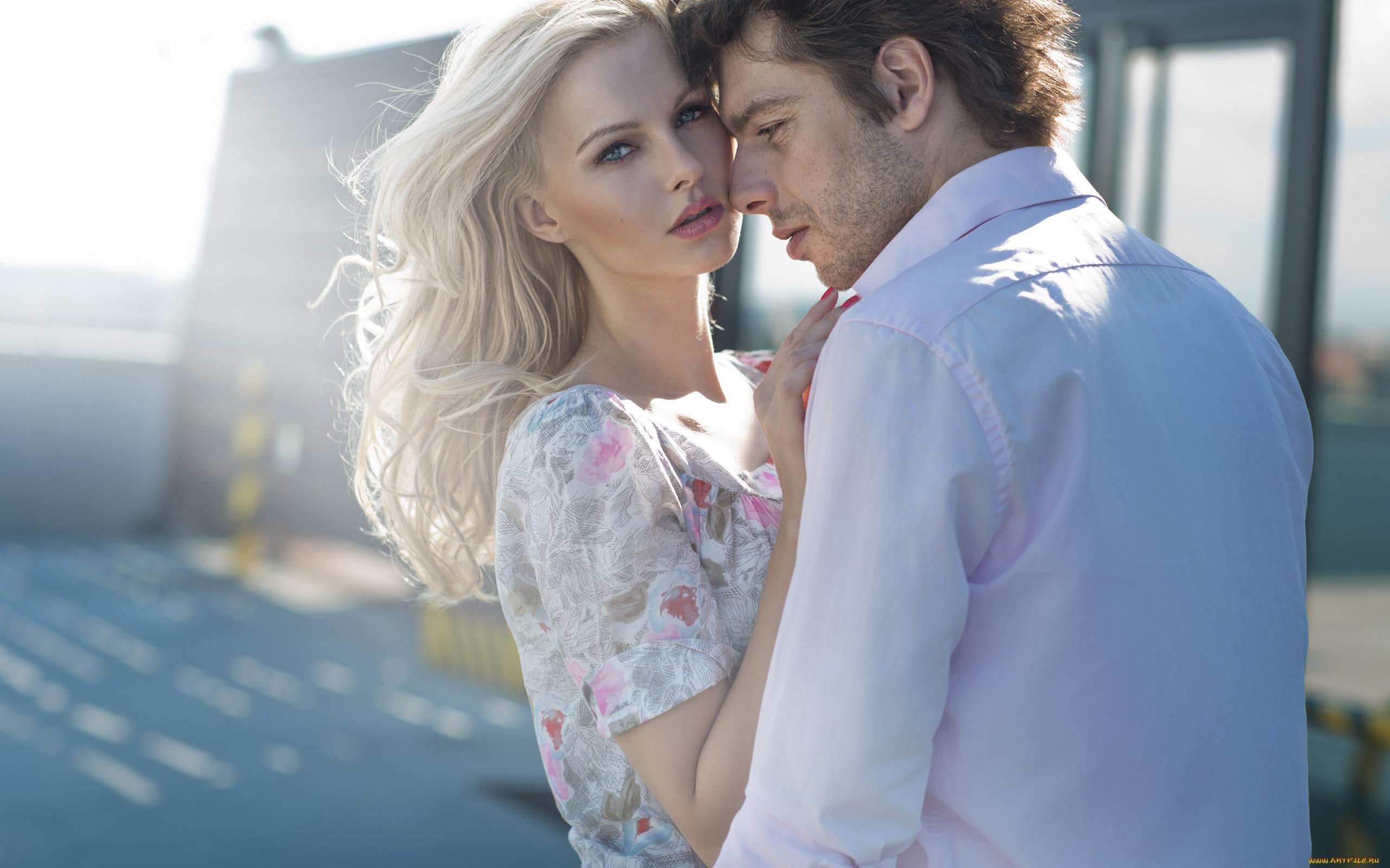очень красивая блондинка с парнем