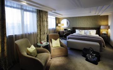 Картинка интерьер спальня кресла кровать подушки покрывало светильники занавески