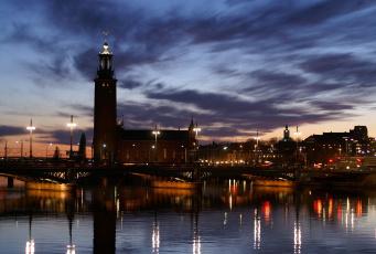 Картинка города стокгольм+ швеция река отражения ночь башня огни