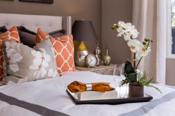 обоя интерьер, спальня, поднос, орхидея, кровать, часы, подушки, салфетка, лампа