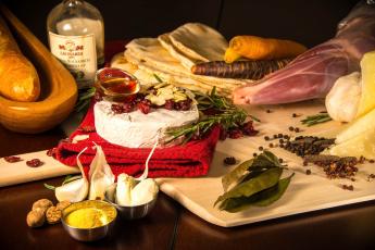 Картинка еда натюрморт сыр розмарин мясо лавровый лист чеснок мускатный орех
