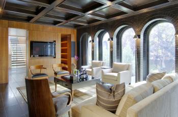 Картинка интерьер гостиная арки диван