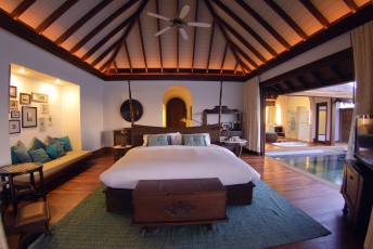 Картинка интерьер спальня люстра кровать диван картины столик тумба телевизор ванна душевая бассейн