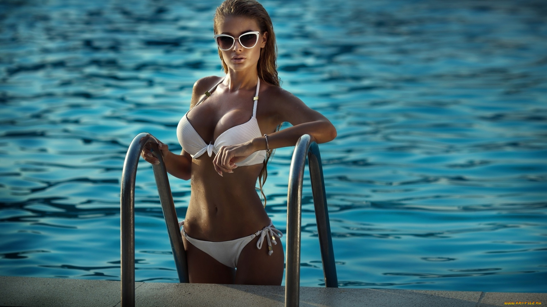Великолепная девушка в бикини возле бассейна  358927