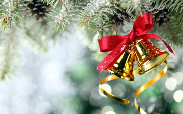 Картинка праздничные колокольчики серпантин бант снег ветки шишки боке