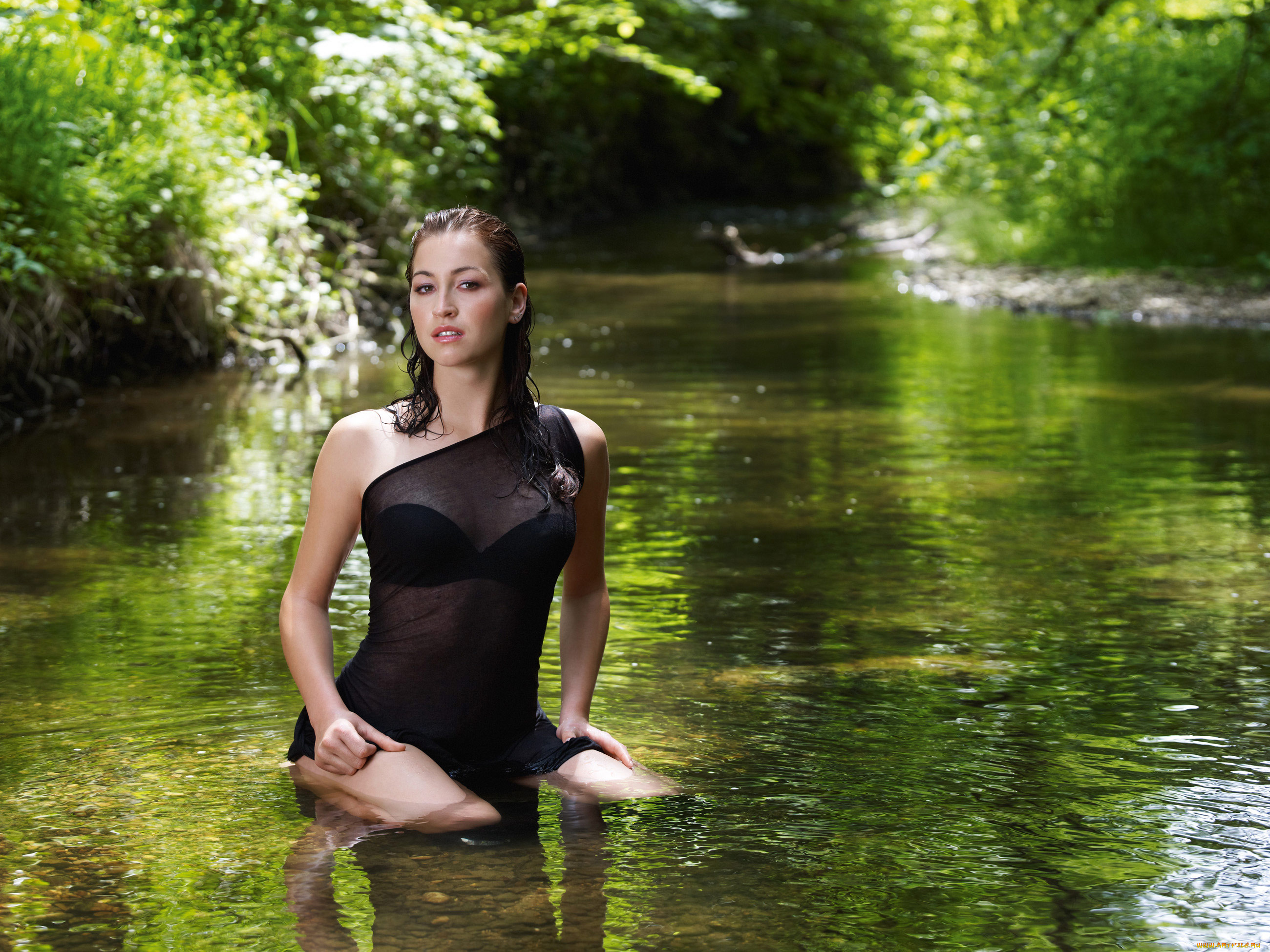 Привлекательная брюнетка шалит на речке красиво и мило  541512