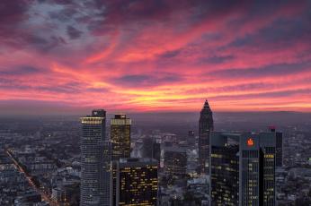 обоя города, франкфурт-на-майне , германия, вечер, небоскреб, дома, франкфурт-на-майне, панорама, зарево