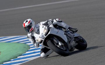 Картинка спорт мотоспорт трек гонщик газон