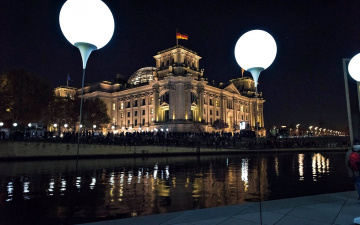 обоя города, берлин , германия, вечер, флаг, фонари, река