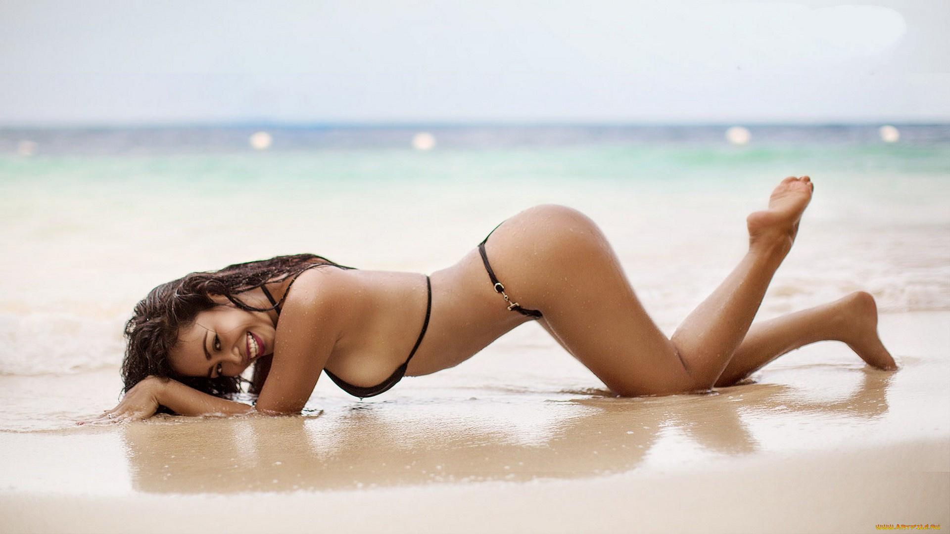 Фото девушка брюнетка на пляже в красивом купальнике, Без купальника девушки и женщины - красивые 13 фотография