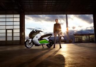 Картинка мотоциклы мото+с+девушкой девушка взгляд фон мотоцикл