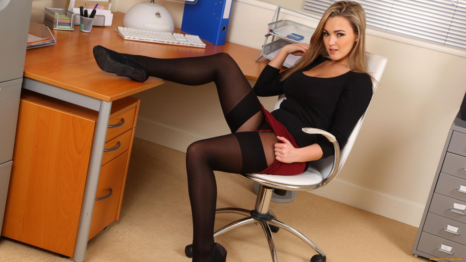 этом девушка в юбке в офисе ручной душевой