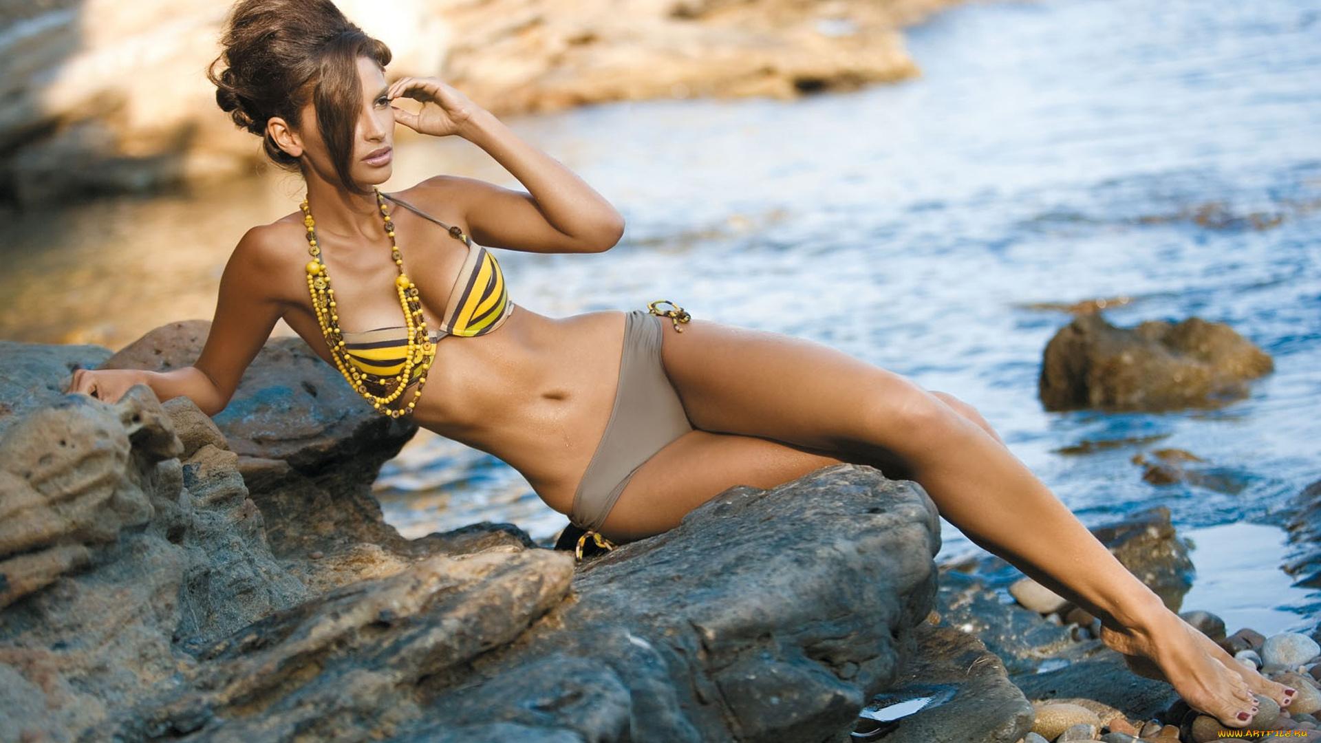 Фото девушки на скалах в купальнике