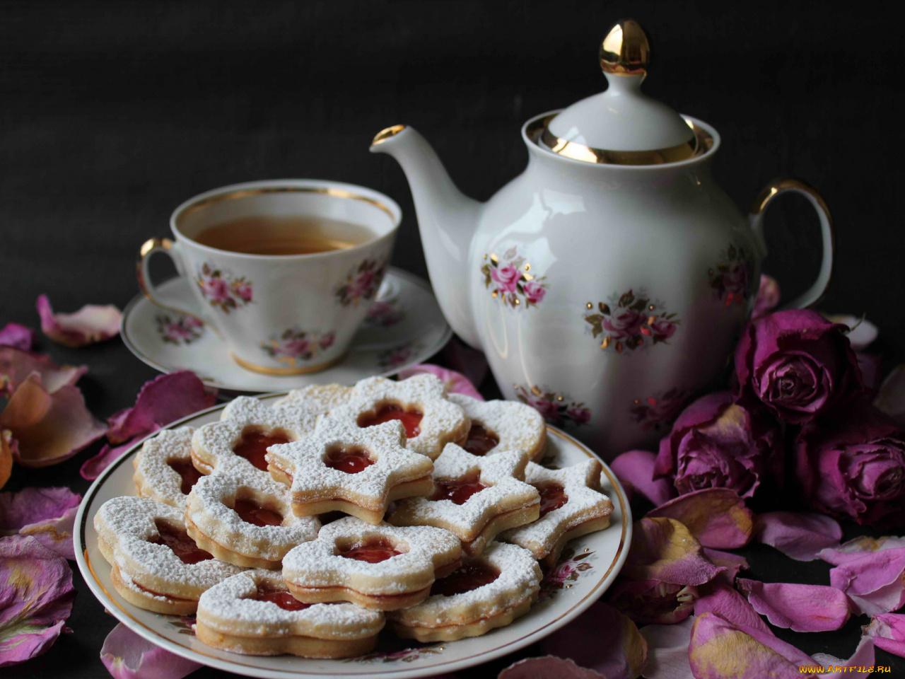 красивая картинка с чаем и печеньки придает предметам
