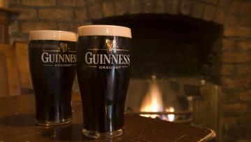 Картинка бренды guinness камин огонь бокалы пиво
